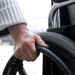 size_590_Mão_na_cadeira_de_rodas